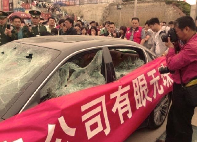 Así quedó el Maserati Quattroporte destrozado por un cliente en el Salón del Automóvil de Qingdao, en China